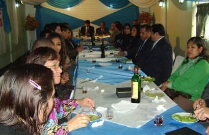 Periodistas y autoridades invitados disfrutando del almuerzo.