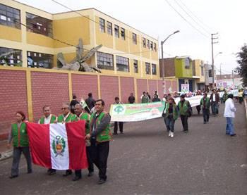 Militantes de Fuerza Regional por la calles de Huaral