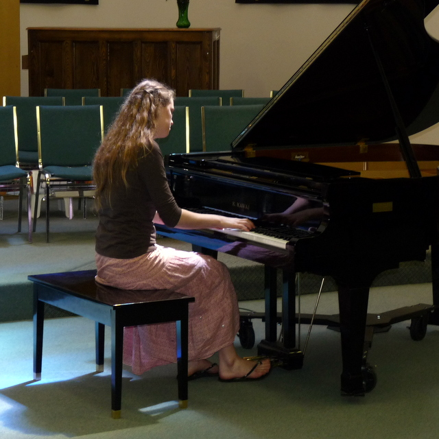 picture of Daelynn playing piano