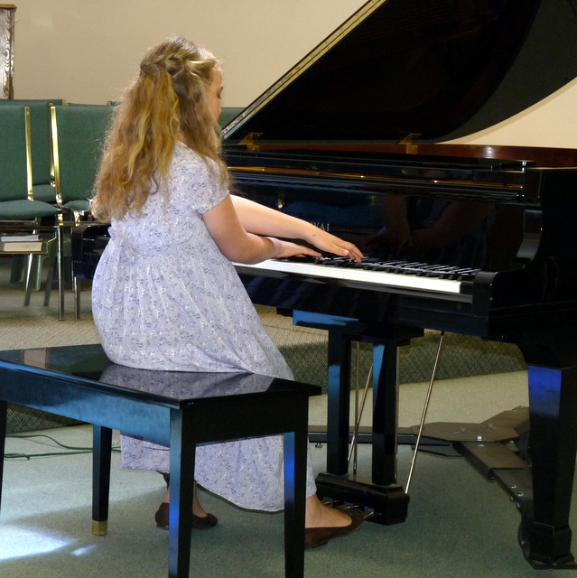 picture of Heidi playing piano