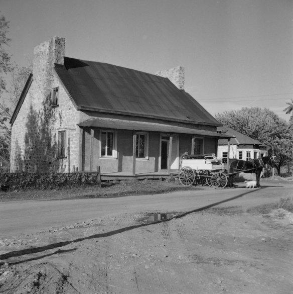 Maison en pierre de Saint-François-de-Sales, construite vers 1780, photo : Gérard Morisset, 1948 ~ Bibliothèque et Archives nationales du Québec, cote : E6,S8,SSS770,D4890