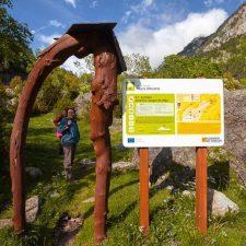 Inicio-de-la-ruta-Gorgas-del-Alba-Cartel-y-arco-que-señalan-el-inicio-del-sendero-botánico-Gorgas-de-Alba.-Ribagorza-Aragón-España