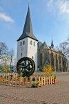 Der Brunnen vor der St. Petri Kirche wurde für Ostern festlich geschmückt
