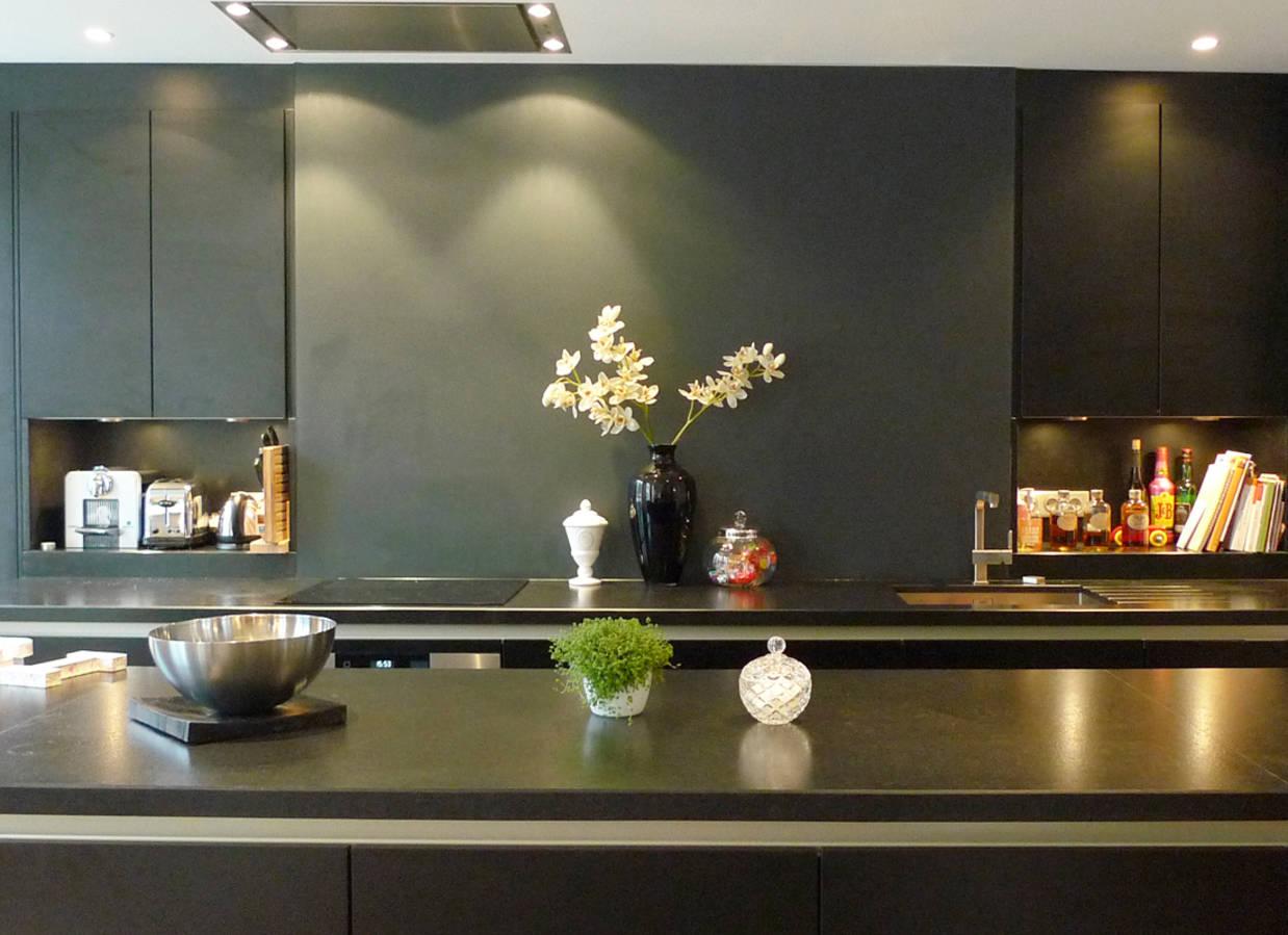 Travaux de rénovation d'une cuisine noire
