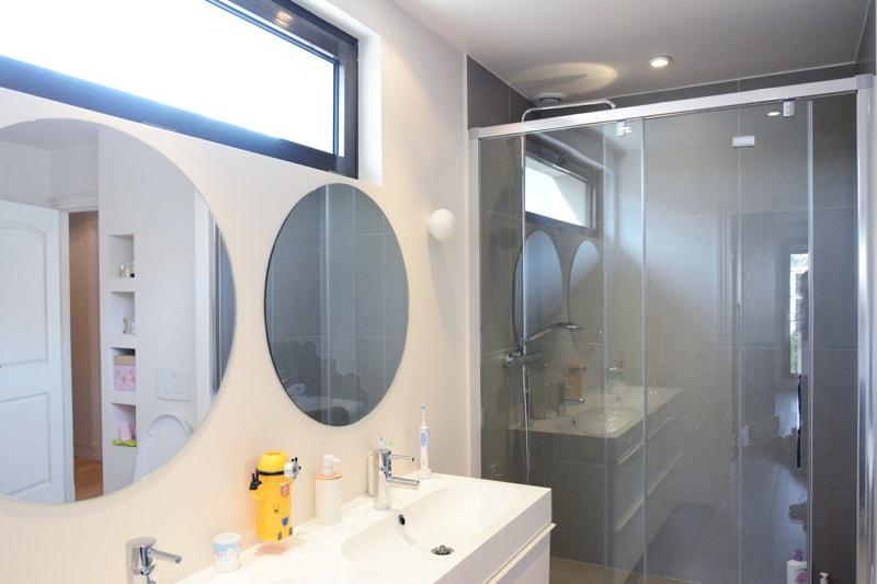 Pose d'une double vasque pour salle de bains enfants