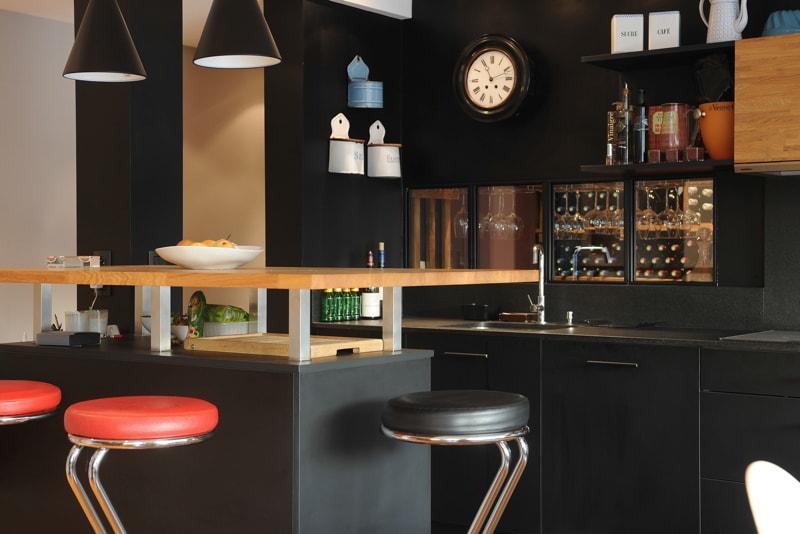 Vue de la salle à manger vers la cuisine - bar