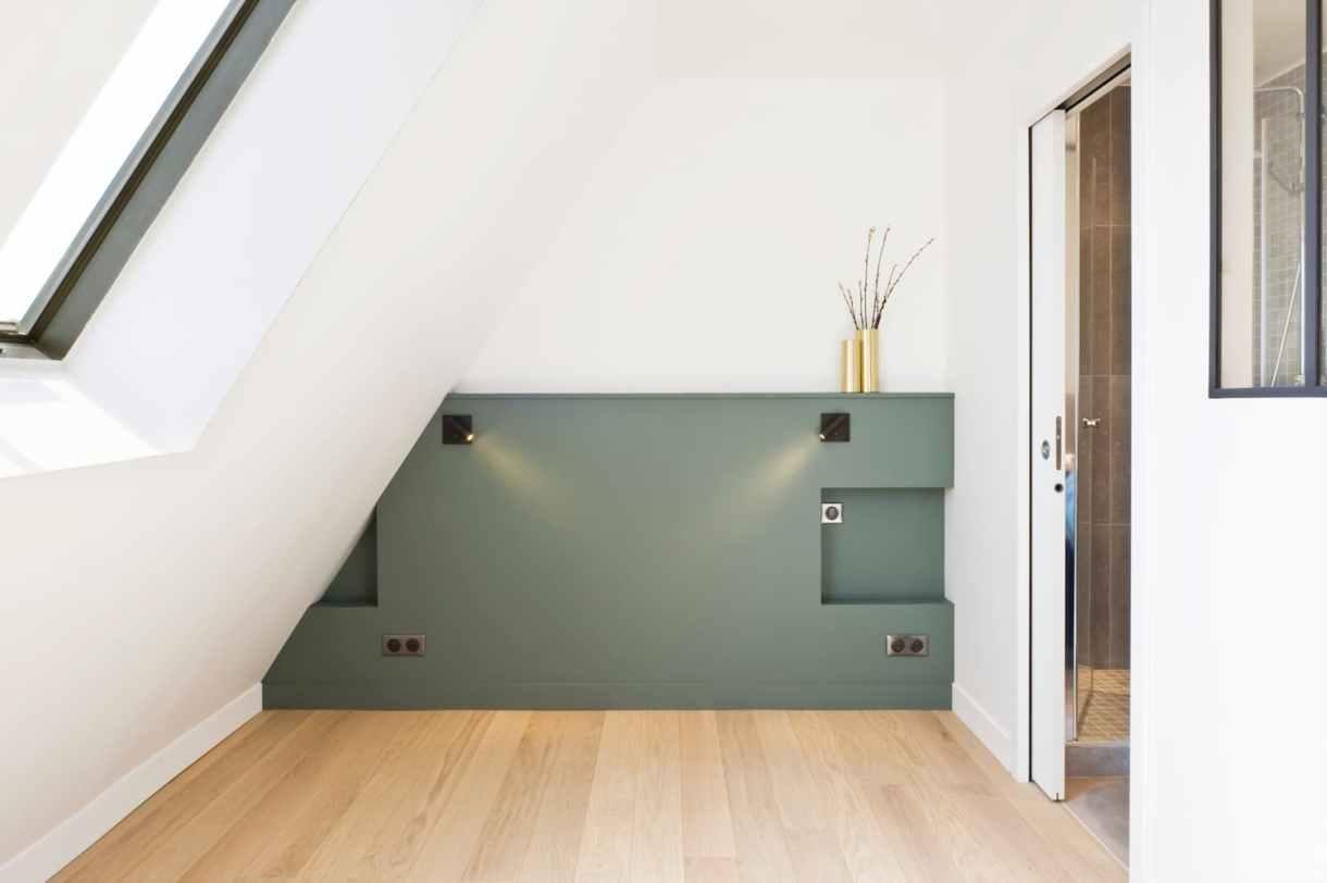 Tête de lit dans une chambre sous les toits