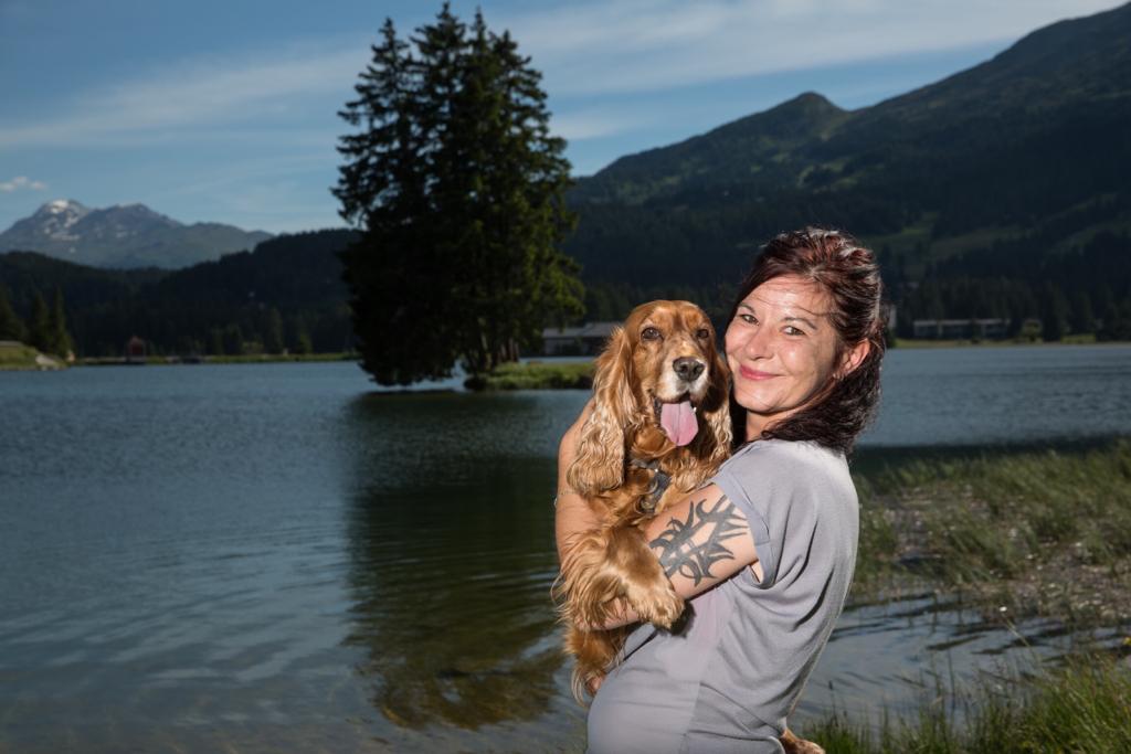 Nicole Gebhardt mit ihrem Hund in der Schweiz. Foto: Gebhardt