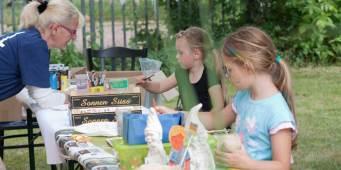 Kinder basteln beim Sommerfest 2016.