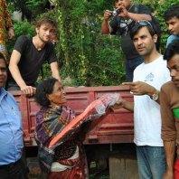 Verteilung von Hilfsgütern durch die SOCH Nepal 2015, im weißen T-Shirt Uttam Niraula, Mitgründer und Direktor der Vereinigung.