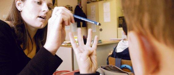 Les accompagnants d'élèves en situation de handicap sont là pour créer du lien. « C'est un crève- cSur, quand on a réussi à faire progresser un écolier et qu'on nous dit : 0x201CMaintenant vous allez ailleurs0x201D    », confie l'un d'entre eux. Jean-Pierre Sageot/Signatures