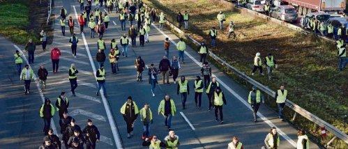Samedi, protestation sur l'autoroute A2 en direction de Valenciennes, près de 1   000 personnes étaient au rendez-vous. François Lo Presti/AFP