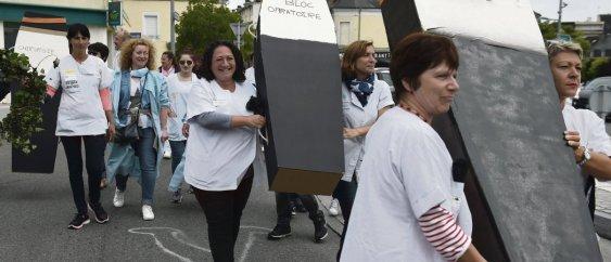 Actions coup de ÿpoing des syndicats et personnels de l'hôpital de Vierzon (Cher), le 15 juin 2018. Ces derniers réclamaient à l'agence régionale de santé (ARS) la modernisation du bloc opératoire afin d'éviter la fermeture pressentie de la maternité. Guillaume Souvant/AFP