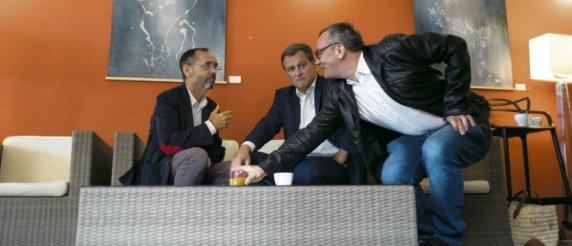 Les candidats RN Robert Ménard et Louis Aliot exploitent la stratégie de l'union des droites. Matthieu Rondel/Hans Lucas/AFP