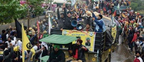 Des agriculteurs marchent vers New Delhi, jeudi, avant d'être brutalement repoussés par les forces de police. AFP