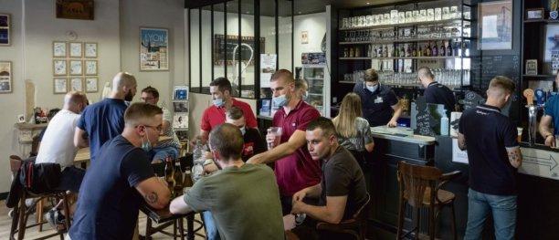 Situé dans le quartier du Vieux Lyon, le bar associatif d'extrême droite la Traboule est un lieu de rencontre pour les identitaires et l'ultradroite. © Bruno Amselle /Divergence