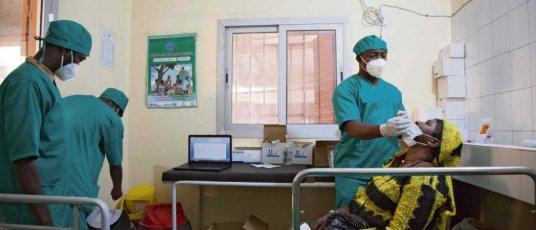 Selon le PCF, « dans les pays pauvres, 9habitants sur 10 ne pourront pas se faire vacciner cette année ». Annie Risemberg/AFP