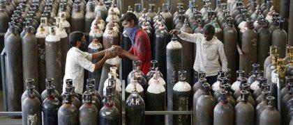 Réserve de bouteilles d'oxygène, à Ahmedabad. En Inde, le marché noir des précieuses bonbonnes s'organise. Amit Dave/Reuters