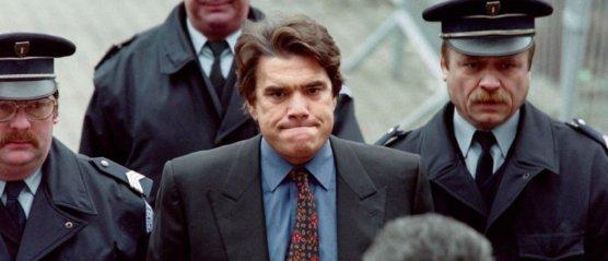 Le 26 mars 1996, Bernard Tapie arrive sous escorte au palais de justice de Béthune (Pas-de-Calais) pour son procès pour abus de biens sociaux dans l'affaire Testut. © Gérard Cercle / AFP