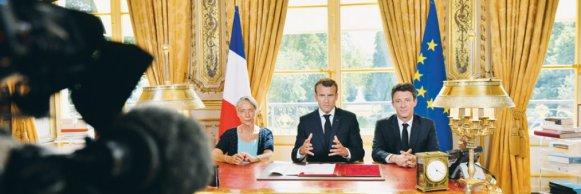 """27 juin. fier de son passage en force, Macron promulgue la loi """"pour un nouveau pacte ferroviaire"""" à l'Elysée, tandis que sa cote de popularité ne cesse de dégrigoler"""