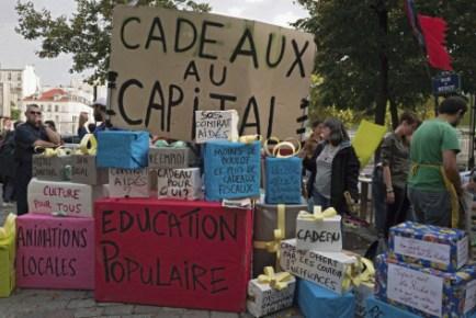 Rassemblement des associations, dimanche dernier à Bercy, devant le ministère de l'Économie, pour la sauvegarde de leurs emplois aidés. Photo :Clément Martin / Reservoir Photo