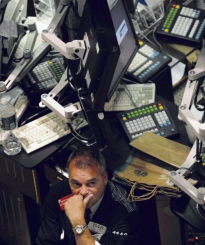 Un trader à la Bourse de NewYork, le 6 octobre 2008, après la chute de 10  000 points du Dow Jones, qui a été le point de départ de la crise. Timothy A. Clary / AFP