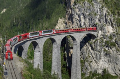Train on the Landwasser Viaduct, Filisur, Splugen, Canton Graubunden, Switzerland Crédit: Cultura Creative/AFP