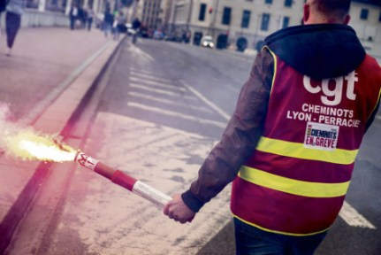 La manSuvre gouvernementale a pour but de «   briser la grève » des cheminots. Nicolas Liponne/NurPhoto/AFP Photo