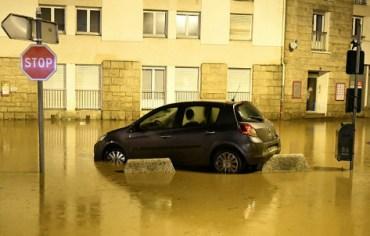 Après l'inondation de plusieurs quartiers de la ville de Morlaix hier, six départements de l'ouest de la France sont placés en vigilance orange pour orages à partir de 10 heures ce matin jusqu'à minuit. Photo : Fred Tanneau/AFP