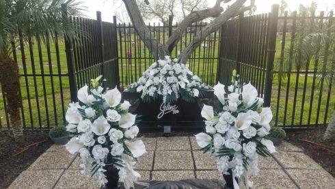 close up of Selena Qs grave