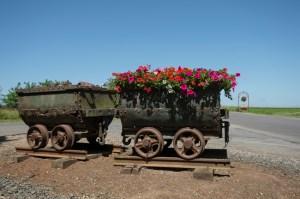 À l'entrée de Potigny, d'anciens wagonnets utilisés à la mine de fer