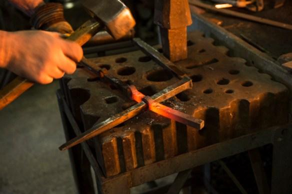 Le ciseau à froid a transpercé l'acier.
