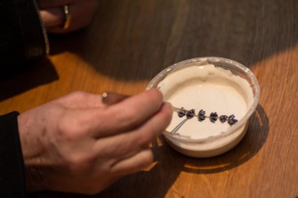 Un brin de lavande plongé dans un mélange de plâtre, fera un moule original.