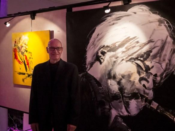 Dan Duparc en invité d'honneur devant ses peintures magistrales.