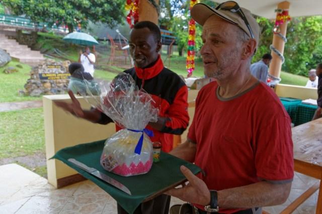 Der Chef von Aktivferien Tanzania, Evarest, gratuliert uns zum Erfolg