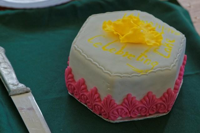 Wie sonst als mit einem Kuchen ;-)