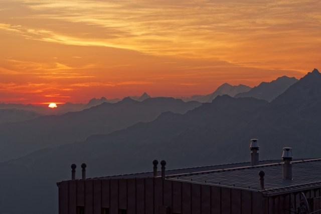 ...sich die Sonne über dem Dach der Topalihütte