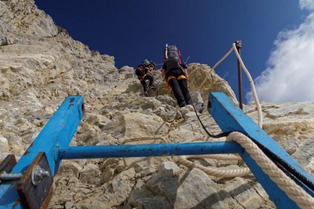 Mit Leitern, Bügelnund Seilen gut gesichert kraxeln...