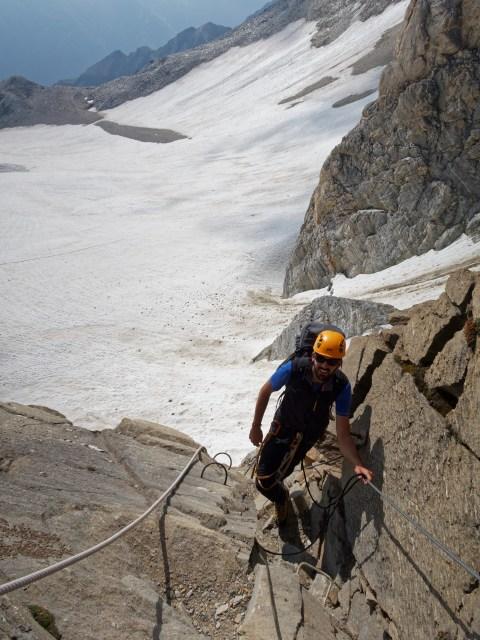 Oli, nebst Bergführer Gerold unser bester Kletterer im Team drückt von hinten