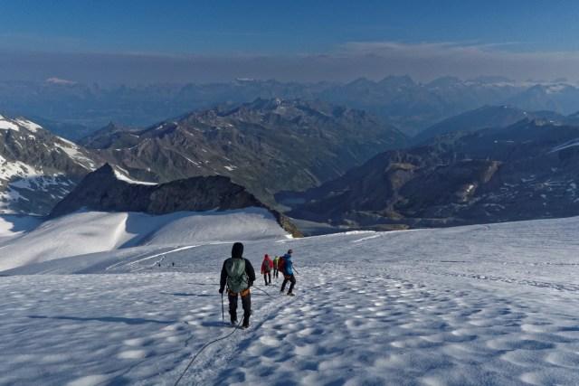 Beim Abstieg geniessen wir die Aussicht auf die Berner Alpen