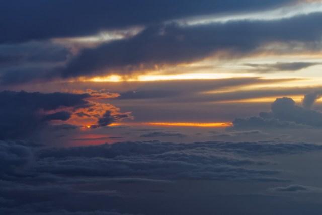 Abendliche Stimmung über und unter den Wolken