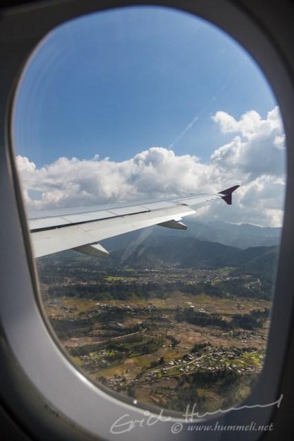 Bis zur Landung dauert es nur noch ein paar Minuten, unten entdecken wir...