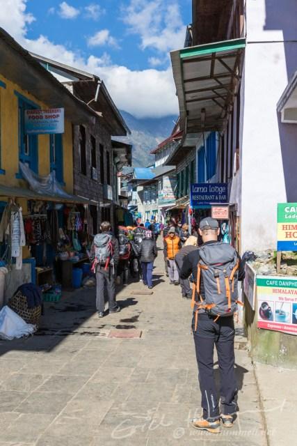 Die ersten Meter unserer 17 Tage-Tour führen durch Lukla's Hauptstrasse