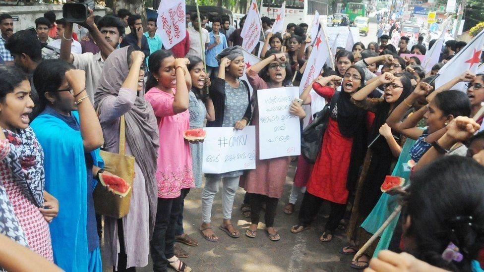 انڈیا: طالبہ کے پستانوں کا تربوز سے موازنہ کرنے پر احتجاج
