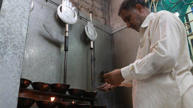بی بی پاک دامن کے حوالے سے یہ بھی مشہور ہے کہ لاہور ہی میں دفن گیارہویں صدی کے صوفی داتا گنج بخش بھی یہاں فاتحہ پڑھنے آتے تھے۔