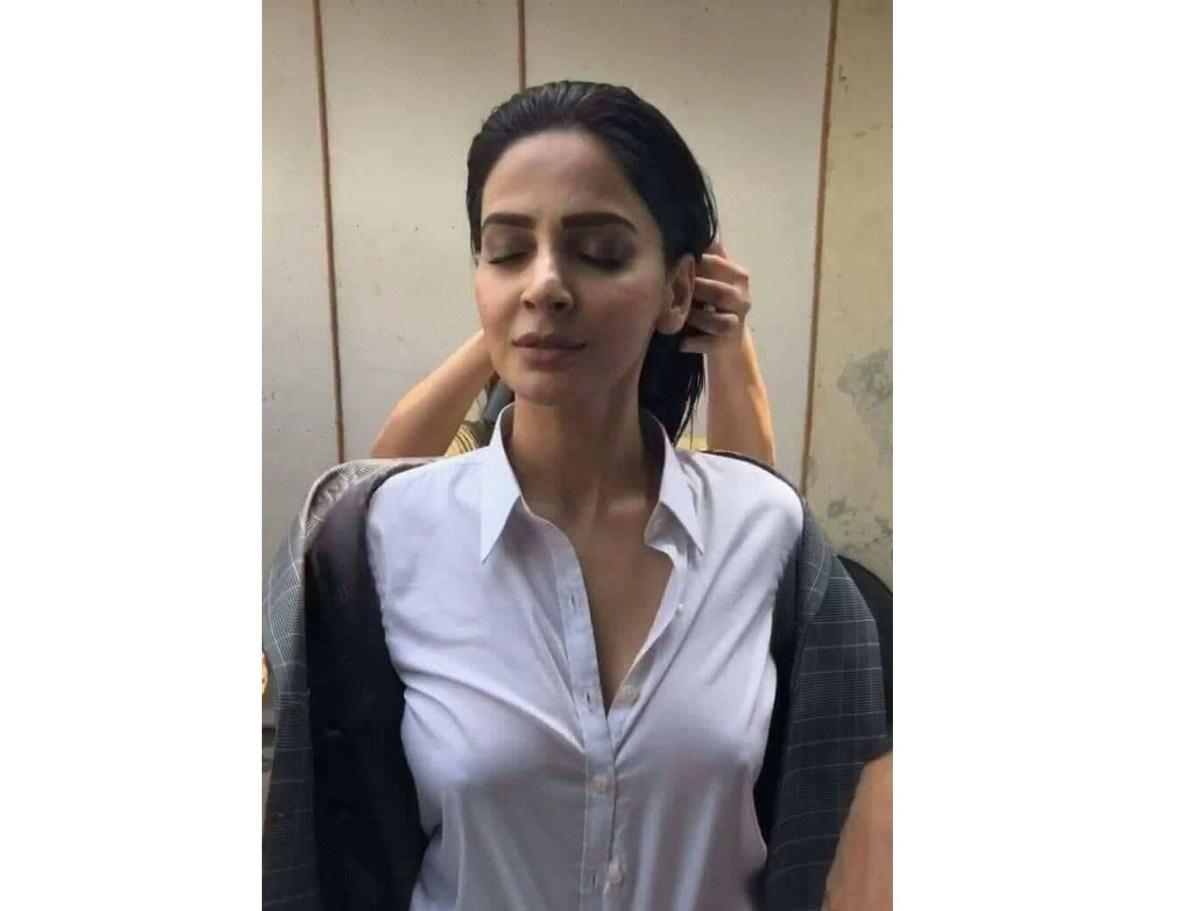 اداکارہ صبا قمر کی بیک اسٹیج تصاویر اور سوشل میڈیا پر پارسائی کی گرم بازاری