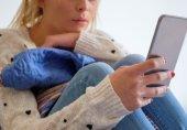 انٹرنیٹ پر جانا احساسِ تنہائی کو بڑھاتا ہے یا کم کرتا ہے؟