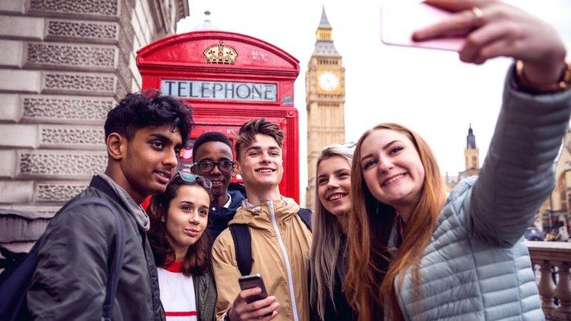 لندن کے بگ بین کے سامنے کچھ دوست سیلفی لیتے ہوئے