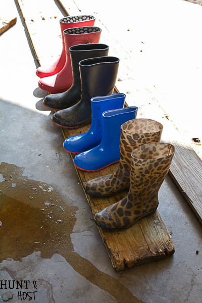 Do you have boot and shoes scattered everywhere? This easy DIY boot rack will take an afternoon to make and get those muck boots organized!