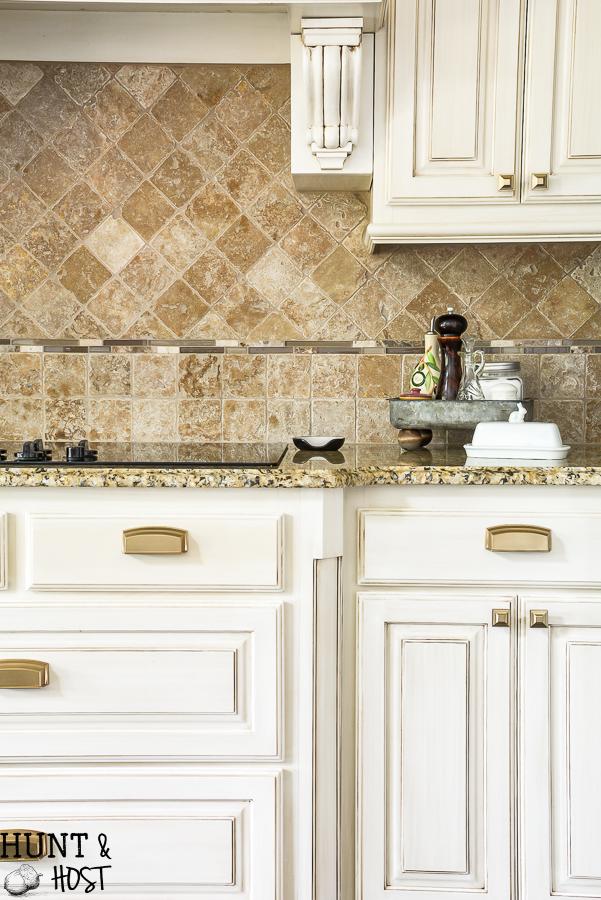 Kitchen hardware installation tips to make your spec house kitchen look amazing. #hardwareinstal #protips #kitchencabinets #kitchenpulls #brasshardware